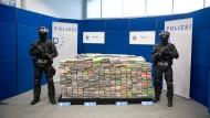 Spitze des Eisberges: Polizisten präsentieren beschlagnahmtes Kokain in Hamburg.