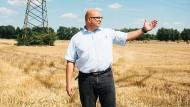 Bodenbewahrer: Rüdiger Schmidt, der Bauamtsleiter in der Gemeinde Hohe Börde, stellt such gegen die teure Erdverkabelung.