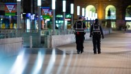 Mitarbeiter eines Sicherheitsdienstes gehen am Abend kurz vor Beginn der Ausgangsbeschränkungen zur Eindämmung der Corona-Pandemie durch die Innenstadt von Hannover.