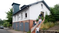 Schmuckes Häuschen mit Turm: Die Familie Niemann musste das Feuerwehrhaus erst umbauen, um darin wohnen zu können