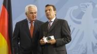 Im August 2002 übergab Peter Hartz eine CD mit den Reformvorschlägen an den damaligen Bundeskanzler Gerhard Schröder (SPD).