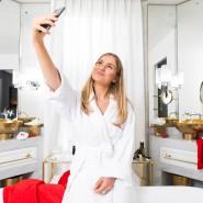 Influencerin Mollie Bylett in einem Badezimmer des Mandrake Hotels in London