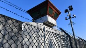 Häftling schweißt Gitterstäbe durch