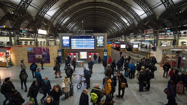 Zugverkehr rollt langsam wieder an