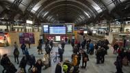 Im Dresdner Hauptbahnhof hält sich das Gedränge der Reisenden am Montagmorgen in Grenzen.
