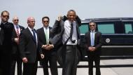 Bewaffneter Mann mit Obama im Aufzug