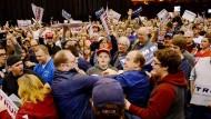 Rangeleien zwischen Trump-Gegnern und -Anhängern in Cleveland.