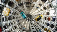 Die Volkswagen-Modelle T-Cross (l) und T-Roc werden mit Hebebühnen in einem Autoturm auf dem Werksgelände von Volkswagen transportiert.