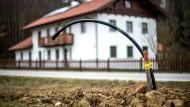 Ein Leerrohr für Glasfaser auf einem Acker vor einem Haus in Halsbach, Bayern