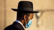 Zweite Corona-Welle: ein orthodoxer Jude mit Mundschutz in Aschdod/Israel