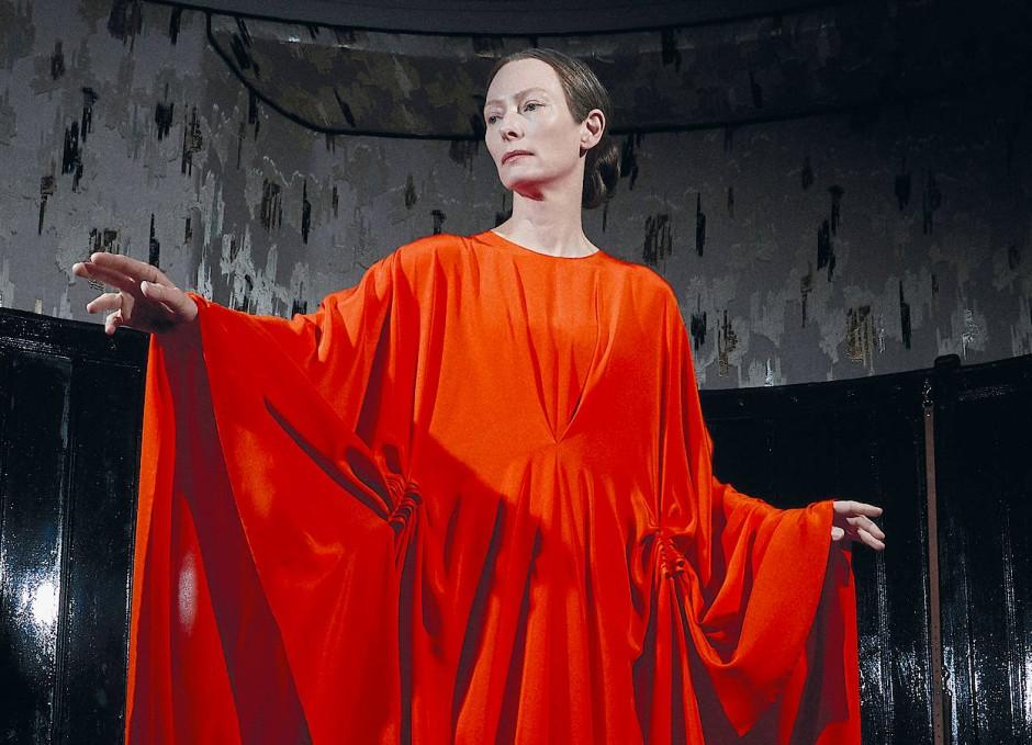 """Als Hexe im Film """"Suspiria"""" ist Tilda Swinton schön, böse und gut gekleidet."""