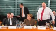 Schwierigkeiten mit der wechselnden Gemütslage in der Union: SPD-Vorsitzender Sigmar Gabriel (l.) am vergangenen Donnerstag vor der Krisensitzung im Kanzleramt. Neben ihm: Kanzlerin Merkel und Kanzleramtsminister Peter Altmaier (CDU)