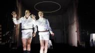 Unterm Heiligenschein: Felix Axel Preißler und Felix Römer geben Siegfried Wagner als siamesisches Zwillingsdoppel.
