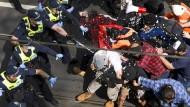 Die Polizei setzte unter anderem Pfefferspray gegen die Demonstranten ein.