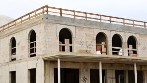 Moschee-Rohbau mit Hakenkreuzen beschmiert
