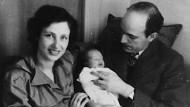 Glücksmomente: Clarita und Adam von Trott mit ihrer kleinen Tochter Verena O. Trott im Jahr 1942.