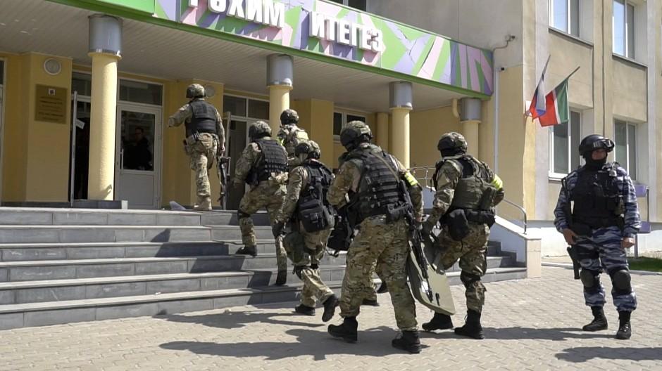 Eine Spezialeinheit war am Dienstagmorgen in Kasan im Einsatz.