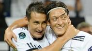 Integrationsspieler: Klose und Özil während eines Spiels 2011