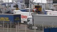 Gründliche Kontrollen führen zu Stau in Calais.