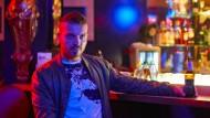 An der Bar: Edin Hasanovic als Raffael im Tabledance-Club Pure Platinum im Bahnhofsviertel.