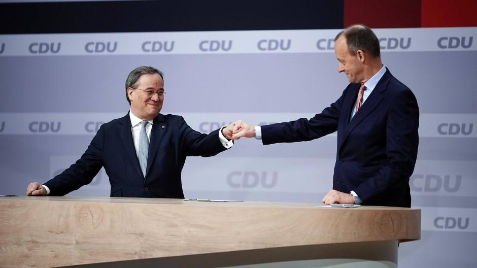 Friedrich Merz gratuliert Armin Laschet nach dessen Wahl zum neuen CDU-Vorsitzenden.