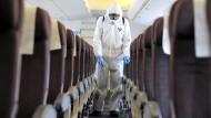 Reinigung im Flieger: Außergewöhnliche Desinfektionsschritte wie hier zu Zeiten der Schweinegrippe sind selten nötig.