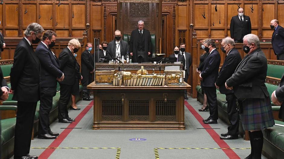 Im britischen Unterhaus wird eine Schweigeminute zu Ehren des verstorbenen Prinz Philip gehalten.