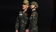 Der thailändische König Maha Vajiralongkorn mit seiner Geliebten, Sineenatra Wongvajirabhakdi, die den Rang einer Generalmajorin inne hat.