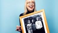 Esther Wojcicki mit einem Foto ihrer drei Töchter: Janet ist heute Medizinprofessorin, Anne ist Biotech-Unternehmerin und Susan ist die Chefin von Youtube.