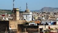 Blick über die Dächer und Moscheen der Altstadt von Fes.