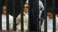 Der Prozess gegen den Chef der Muslimbrüder, Badie, wurde dagegen auf Oktober verschoben.