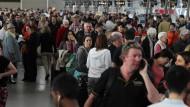 Tausende Passagiere sitzen am Flughafen fest