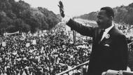 Martin Luther King winkt von der Lincoln Gedächtnisstätte in Washington den Demonstranten zu.