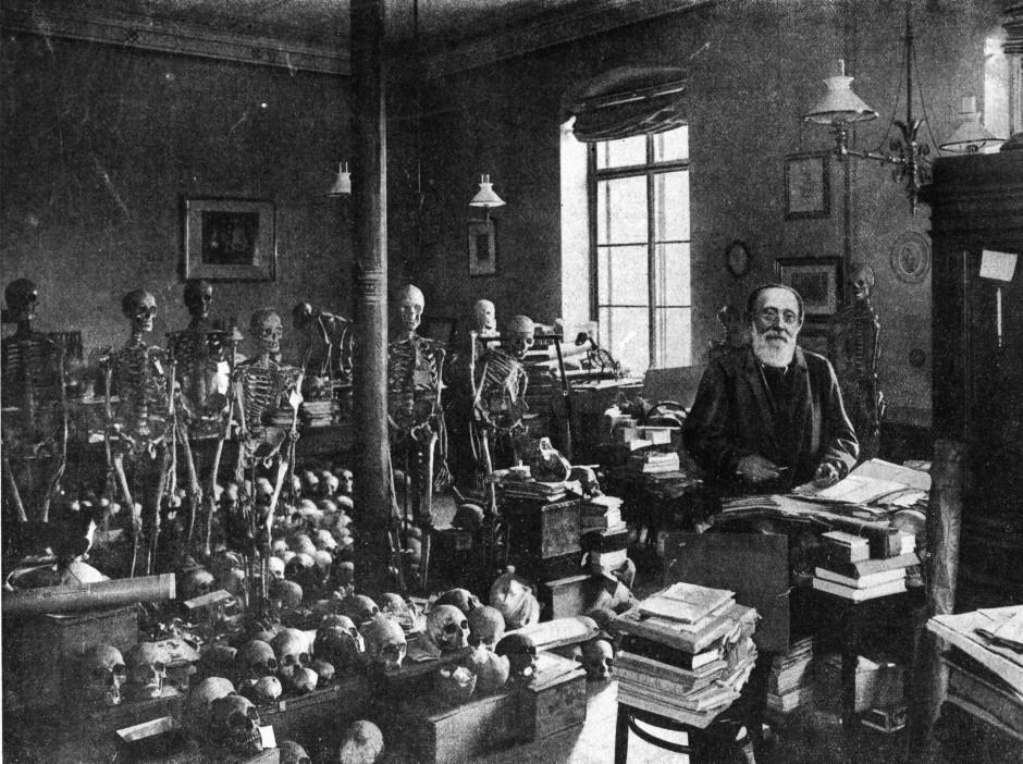 Rudolf Virchow mit seiner berühmten Skelett-Sammlung. Damals war die Anthropologie noch eine Laien-Disziplin.