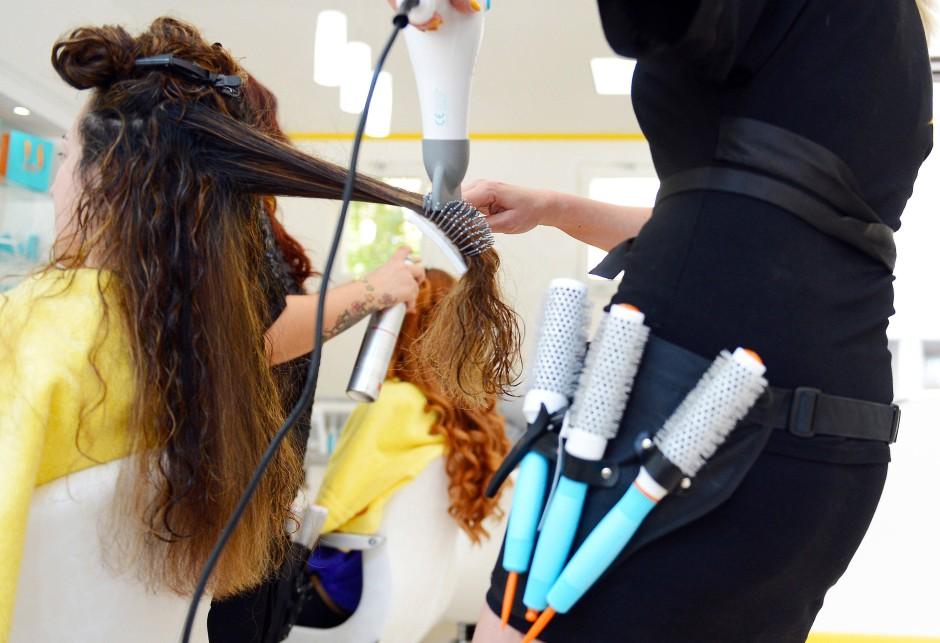 Viele Friseure sind auf ihre Stammkunden angewiesen (Symbolbild).