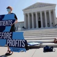 Eine Pro-Life-Aktivistin demonstriert vor dem Obersten Gericht in Washington.