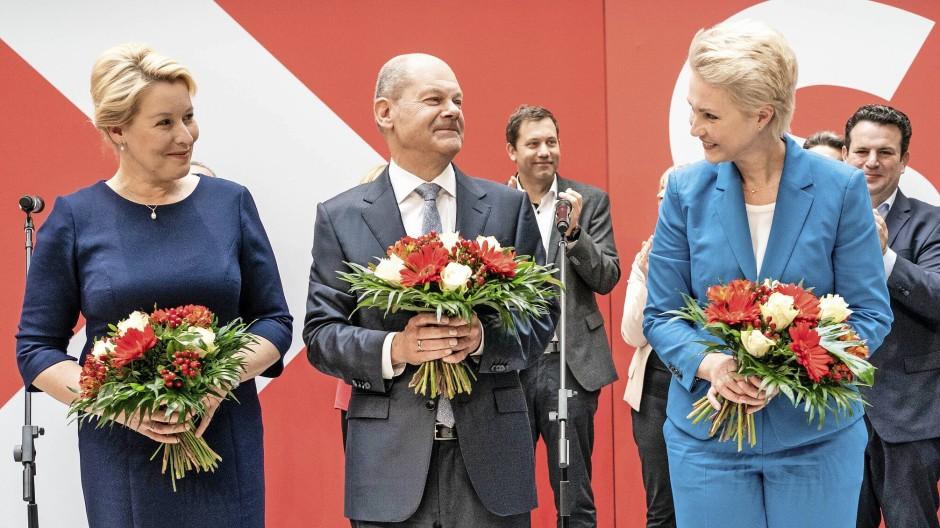 Grund zur Freude: Franziska Giffey, Olaf Scholz und Manuela Schwesig am Morgen nach dem Wahlsonntag im Willy-Brandt-Haus in Berlin