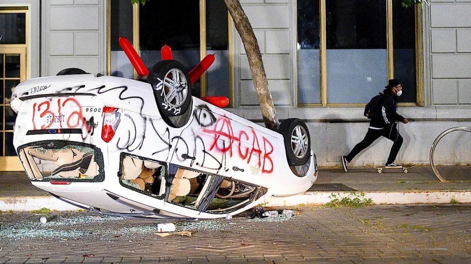 Ein zerstörtes Auto in Oakland in Kalifornien