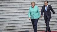 Bundeskanzlerin Angela Merkel mit dem chinesischen Premier Li Kequiang nach ihrer Ankunft in Peking