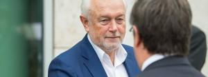 Der stellvertretende FDP-Vorsitzende Wolfgang Kubicki (l) begrüßt am Samstag in Berlin an der CDU-Zentrale Nordrhein-Westfalens Ministerpräsident Armin Laschet (CDU).