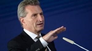Oettinger fordert weniger Geld und schnellere Asylverfahren