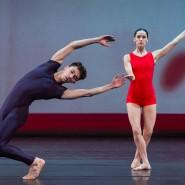 """Gleichzeitig auf der Bühne, aber nicht miteinander: zwei Tanzende in der """"Nacht der hundert Solos"""" im Londoner Barbican Centre."""