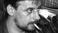Vor den Augen der Welt: Dieter Degowski sitzt am 18. August 1988 in seinem Fluchtwagen in der  Kölner Innenstadt  – umringt von Dutzenden Kameras und Journalisten.