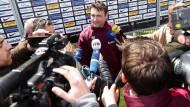 Gefragter Mann: Robert Kovac hat den Reportern Spannendes zu erzählen.