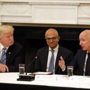 Amazon-Chef Jeff Bezos im Gespräch mit Amerikas Präsident Donald Trump und Microsoft-Chef Satya Nadella