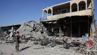 Ein kurdischer Peschmerga-Kämpfer steht vor einem zerstörten Gebäude in Sindschar im Nordirak. (Archivfoto)