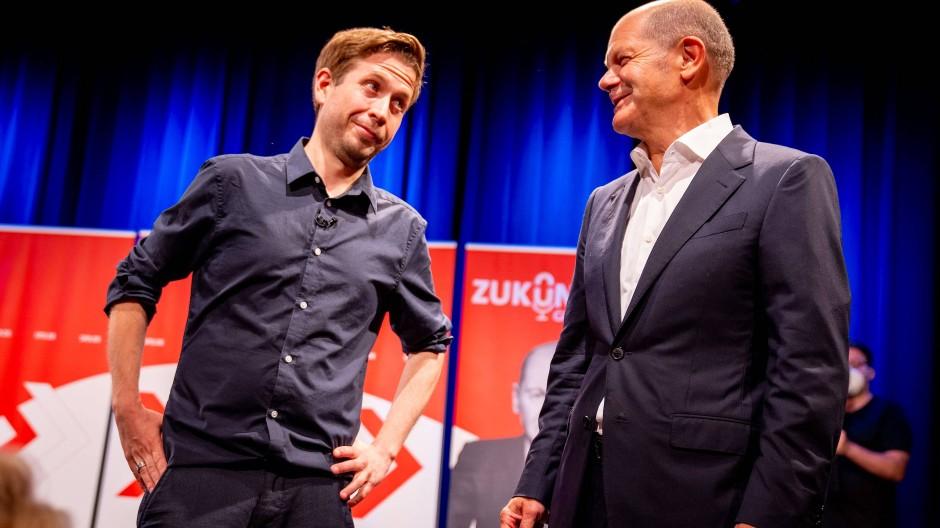 Kevin Kühnert und Olaf Scholz machen Wahlkampf  in Berlin.