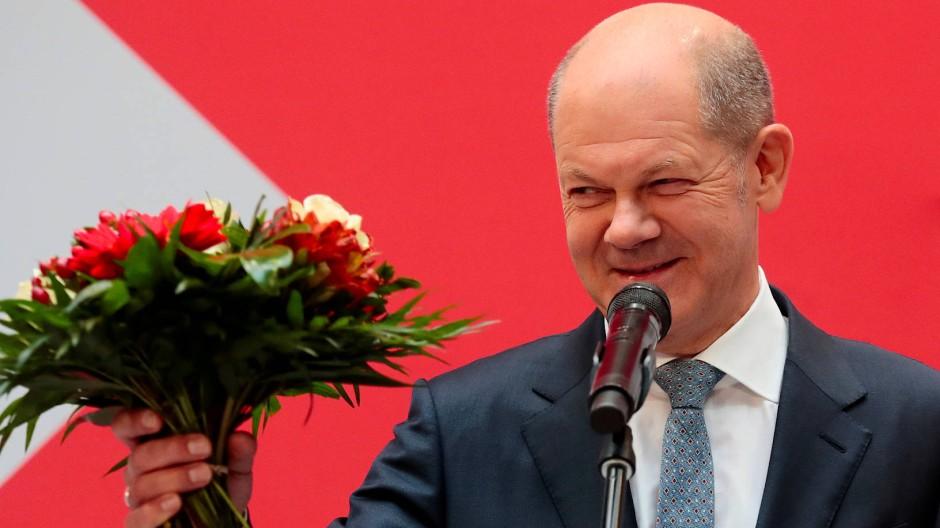 Vielen Dank für die Blumen: Olaf Scholz am Montag im Willy-Brandt-Haus.