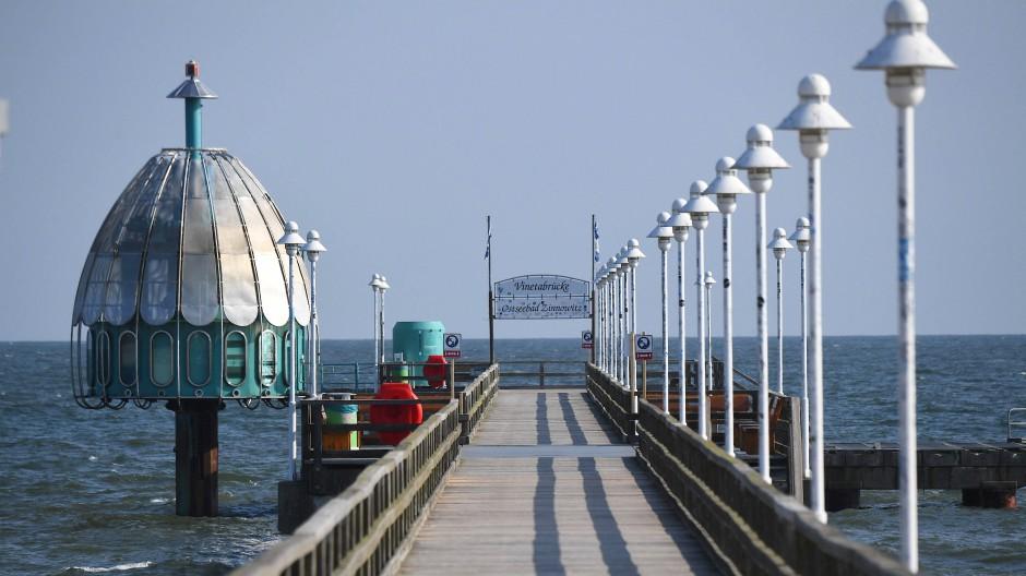 Nach Angaben von Zeugen soll das Kind für das Foto auf die Brüstung der Seebrücke gesetzt worden und von dort abgestürzt sein.
