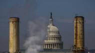 Das Kapitol in Washington vor einem Kraftwerk